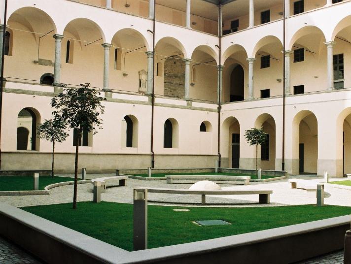 Il chiostro della sede universitaria di Sant'Abbondio a Como